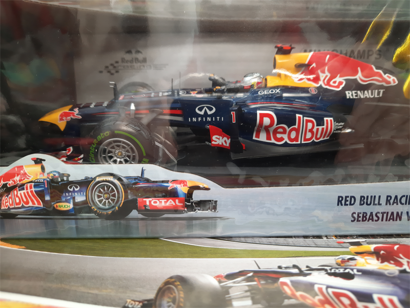MINICHAMPS MODEL Red Bull Racing Renault RB8 Sebastian Vettel